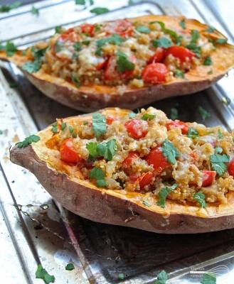 Mausteinen broileri-kvinoa bataatti