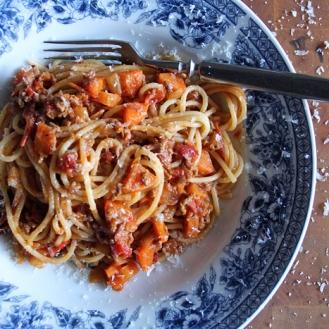 Maanläheinen pasta bolognese