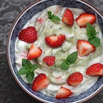 Minttu-avokadososeella maustettu jogurtti