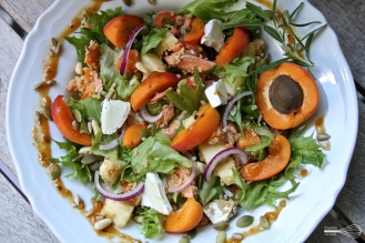 Aprikoosi-vuohenjuustosalaatti