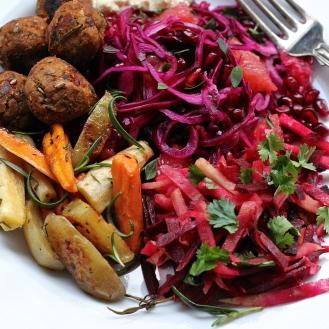 Lautanen täynnä kasvisruokaa