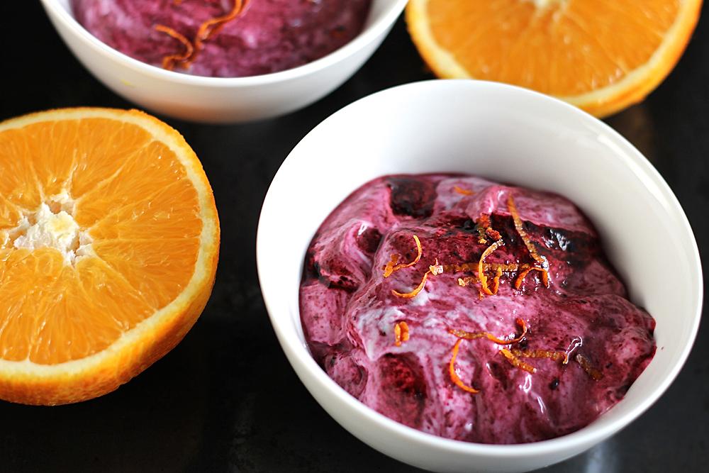 Appelsiinin maustama mustikkajogurtti