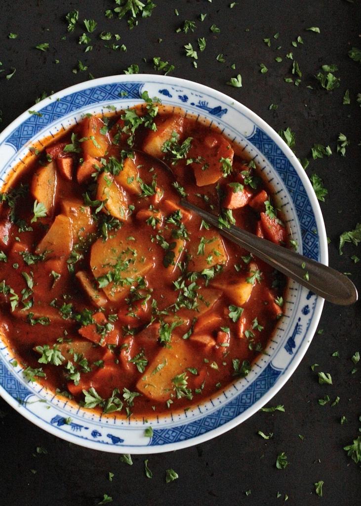 Tomaattinen makkarakeitto
