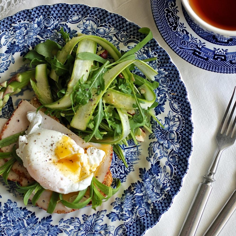 Aamiainen uppopaistetulla kananmunalla