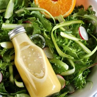 Keväinen parsa-retiisisalaatti ja appelsiininen salaatinkastike