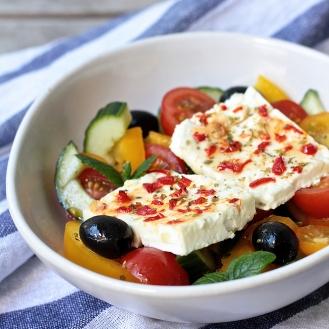 Salaatti paistetulla fetalla