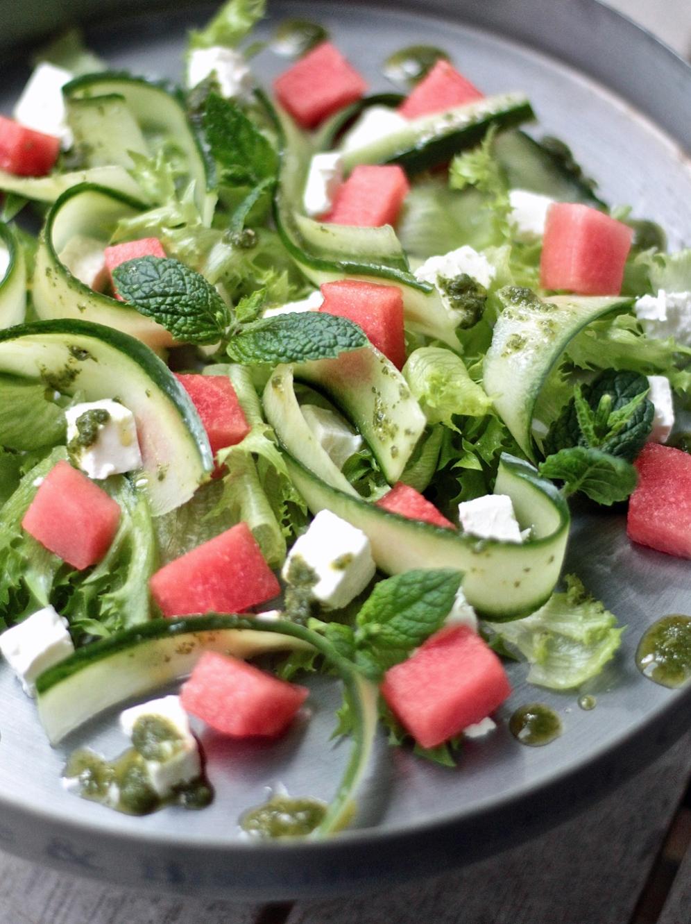 Vesimeloni-feta-salaatti minttu-salaatinkastikkeella