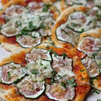 Minipizza kesäkurpitsatäytteellä