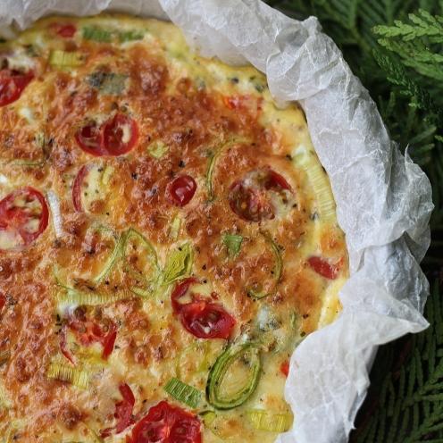Frittata kinkulla, tomaatilla ja purjolla