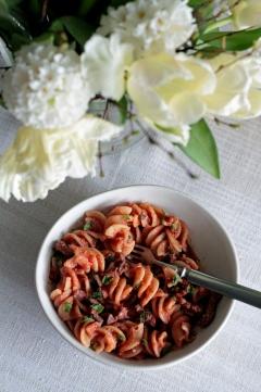 Karitsa-minttupasta tomaattikastikkeella