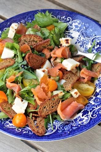 Savukirjolohi-leipäjuustosalaatti ruislastuilla