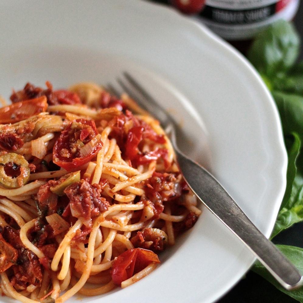 Kolmen tomaatin pastakastike