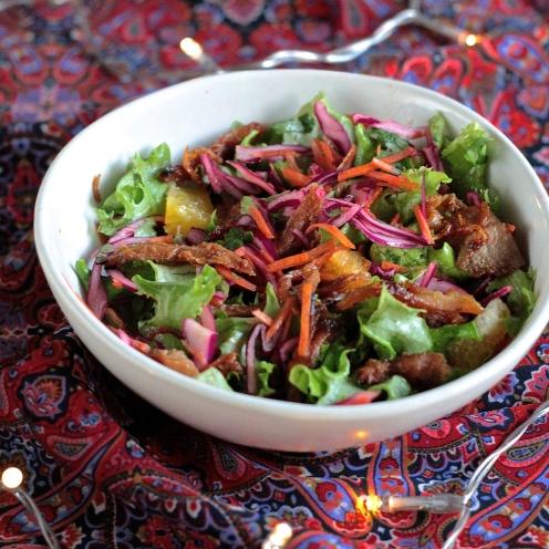 Salaatti karamellisoidulla nyhtökinkulla