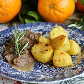 Karitsa appelsiinilla, mintulla, rosmariinilla ja valkosipulilla marinoituna