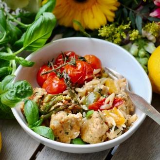 Sitruunan ja basilikan maustamat broileripyörykät ja kasvispasta