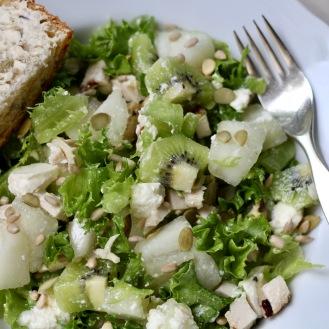 Hedelmäinen kana-feta-salaatti limetti-inkivääri-salaatinkastikkeella
